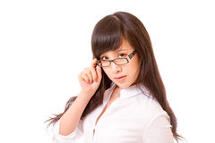 Aziatische vrouw die over bovenkant van bril turen Royalty-vrije Stock Fotografie