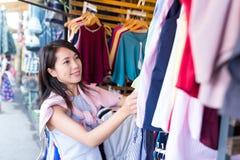 Aziatische Vrouw die in straatmarkt winkelen stock afbeeldingen