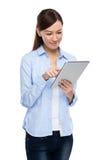 Aziatische vrouw die tablet gebruiken Stock Foto's