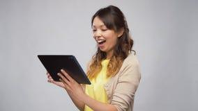 Aziatische vrouw die tabletcomputer met behulp van stock videobeelden