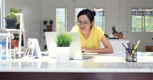Aziatische vrouw die thuis met Online Zaken werken stock videobeelden