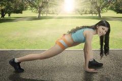 Aziatische vrouw die training doen bij park Stock Fotografie
