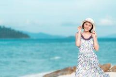Aziatische vrouw die van een dag genieten bij het strand stock afbeelding