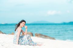 Aziatische vrouw die van een dag genieten bij het strand Royalty-vrije Stock Foto's