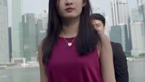 Aziatische Vrouw die vanaf kerel boos lopen stock footage