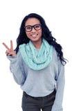 Aziatische vrouw die vredesteken met hand maken Stock Fotografie