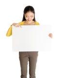Aziatische vrouw die witte lege document kaart houden royalty-vrije stock foto