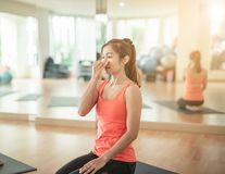 Aziatische vrouw die Yoga in yogastudio doen royalty-vrije stock afbeeldingen