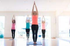 Aziatische vrouw die Yoga in yogastudio doen royalty-vrije stock afbeelding