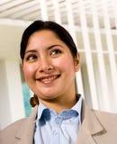 Aziatische Vrouw die zich buiten Haar Flat bevindt royalty-vrije stock foto