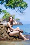 Aziatische vrouw die zonnebril in bikini het ontspannen op het strand dragen royalty-vrije stock foto's