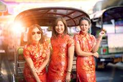 Aziatische vrouw drie die Chinese traditiekleren in yaowaratstraat Bangkok dragen Thailand stock afbeeldingen