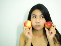 Aziatische vrouw en appel Stock Afbeelding