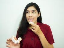 Aziatische vrouw en doughnut royalty-vrije stock foto