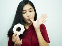 Aziatische vrouw en doughnut Stock Afbeelding