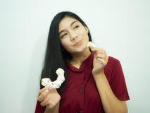 Aziatische vrouw en doughnut Stock Foto's