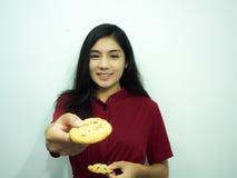 Aziatische vrouw en koekjes stock afbeeldingen