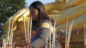 Aziatische Vrouw Gezette Lichte Wierookstokken met Rook in Boeddhistische Tempel thailand Pattaya stock video