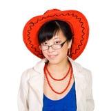Aziatische vrouw in grote rode hoed Royalty-vrije Stock Foto