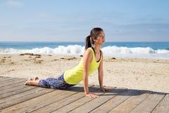 Aziatische vrouw het praktizeren yoga bij strand Royalty-vrije Stock Fotografie