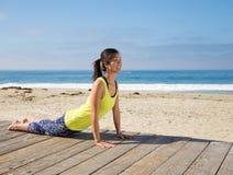 Aziatische vrouw het praktizeren yoga bij strand Royalty-vrije Stock Foto