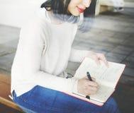 Aziatische vrouw het schrijven nota's royalty-vrije stock foto