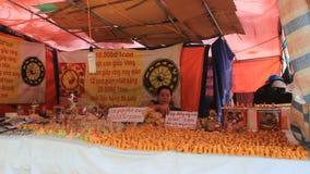 Aziatische vrouw het verkopen juwelen gelukkig in de markt stock video