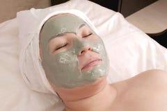 Aziatische vrouw met een alginate masker op haar gezicht Opheffend masker, die bij het Kuuroord verjongen Kosmetische procedure G royalty-vrije stock afbeelding