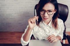 Aziatische vrouw met glazen en zijn pen Royalty-vrije Stock Foto