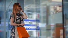 Aziatische vrouw met het winkelen zak stock video