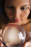 Aziatische vrouw met kristallen bol Stock Afbeelding