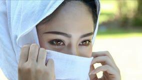 Aziatische vrouw met olifant in kreek, Thailand stock video
