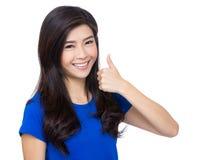 Aziatische vrouw met omhoog duim Stock Foto