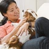 Aziatische vrouw met puppy. Royalty-vrije Stock Afbeeldingen