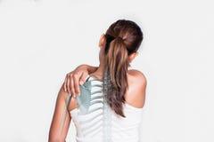 Aziatische vrouw met schouderpijn stock fotografie