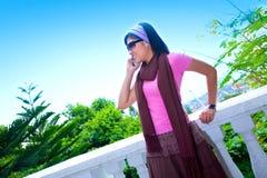 Aziatische vrouw op celtelefoon openlucht Royalty-vrije Stock Afbeelding