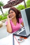 Aziatische vrouw op celtelefoon openlucht Stock Afbeelding