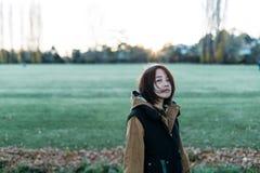 Aziatische vrouw op groen gebied Stock Foto