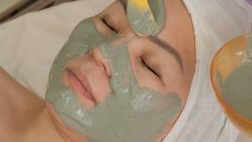 Aziatische vrouw op middelbare leeftijd in een schoonheidssalon op een verjongende procedure Close-up van een vrouwelijk gezicht  stock fotografie