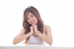 Aziatische vrouw op witte achtergrond Royalty-vrije Stock Afbeeldingen