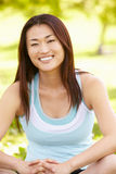 Aziatische vrouw in openlucht Royalty-vrije Stock Afbeelding