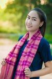 Aziatische vrouw in platteland van Thailand stock afbeeldingen