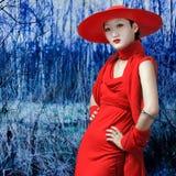 Aziatische vrouw in rode kleding Royalty-vrije Stock Afbeeldingen