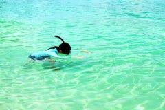 Aziatische vrouw of Toerist die op Andaman-Overzees, Thailand snorkelen stock afbeeldingen