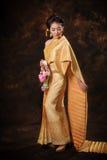 Aziatische vrouw in traditiekleding royalty-vrije stock afbeelding
