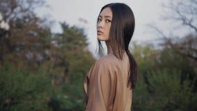 Aziatische vrouw in traditionele Japanse kimono in openlucht stock footage