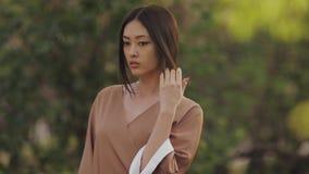Aziatische vrouw in traditionele Japanse kimono in openlucht stock videobeelden