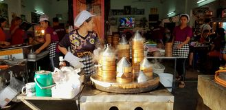 Aziatische vrouw of verkoper die en heet gestroomd dim sum koken verkopen royalty-vrije stock foto