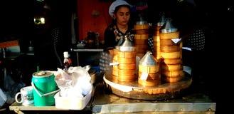 Aziatische vrouw of verkoper die en heet gestroomd dim sum koken verkopen royalty-vrije stock afbeeldingen