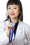 Aziatische Vrouwelijke Arts die een Stethoscoop houdt Stock Fotografie